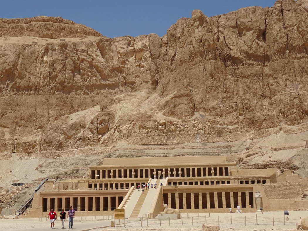 與帝王谷峭壁相隔的停靈廟