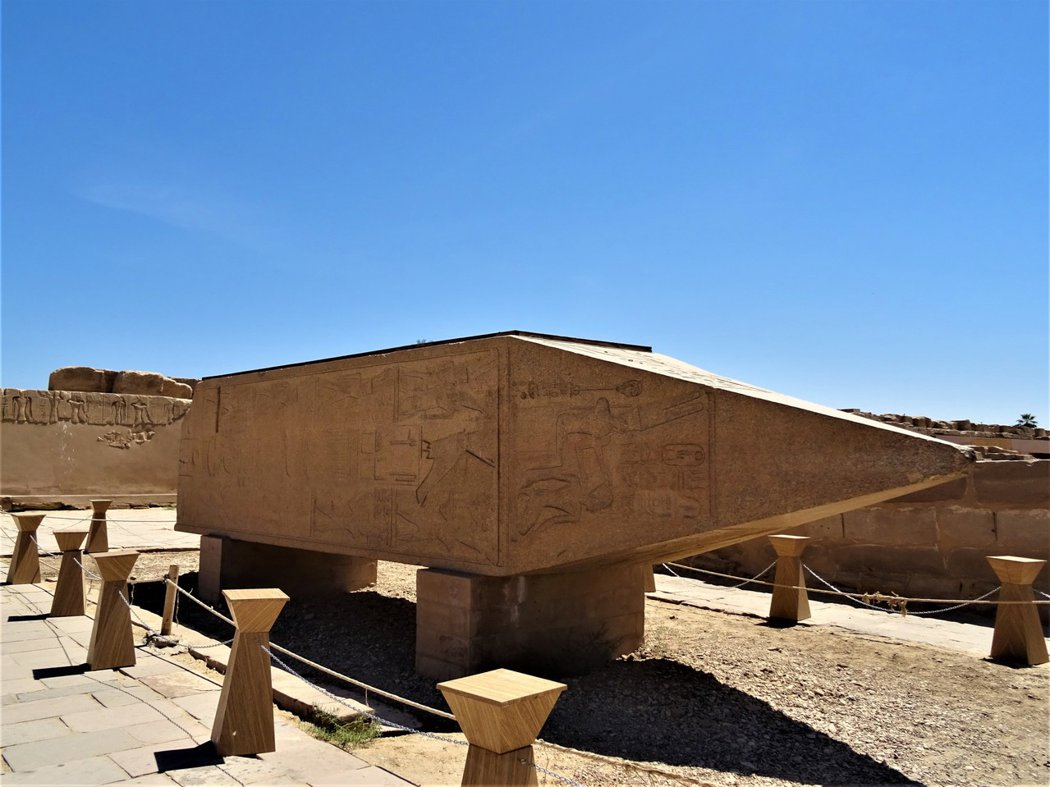卡納克神廟裡倒塌的哈特謝普蘇特花崗岩方尖碑