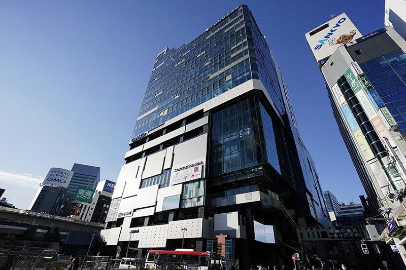 聳立於澀 谷站西口的全新大廈,一出車站馬上到。