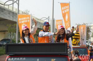 郭台銘披橘袍合體蔡沁瑜、<u>劉宥彤</u> 台中車隊掃街衝票