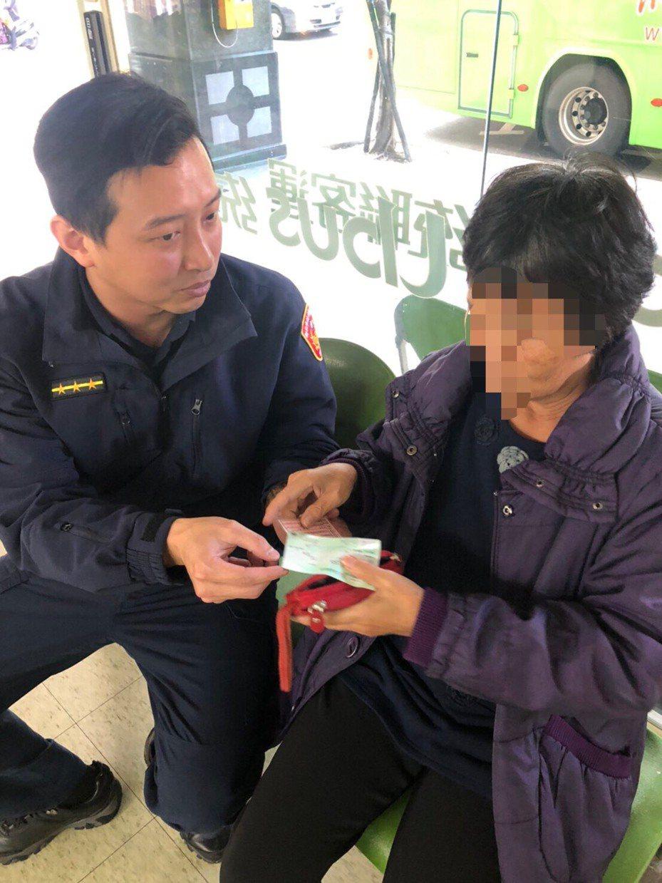1名老婦從彰化鹿港到新北三重尋找失散多年的胞兄未果,最後盤纏用盡,員警幫他買車票返鄉。圖/警方提供