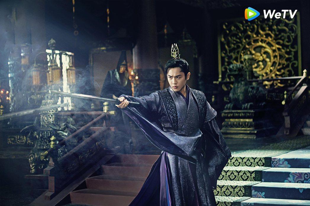 張若昀「慶餘年」結局將被一劍刺傷倒地。圖/WeTV提供