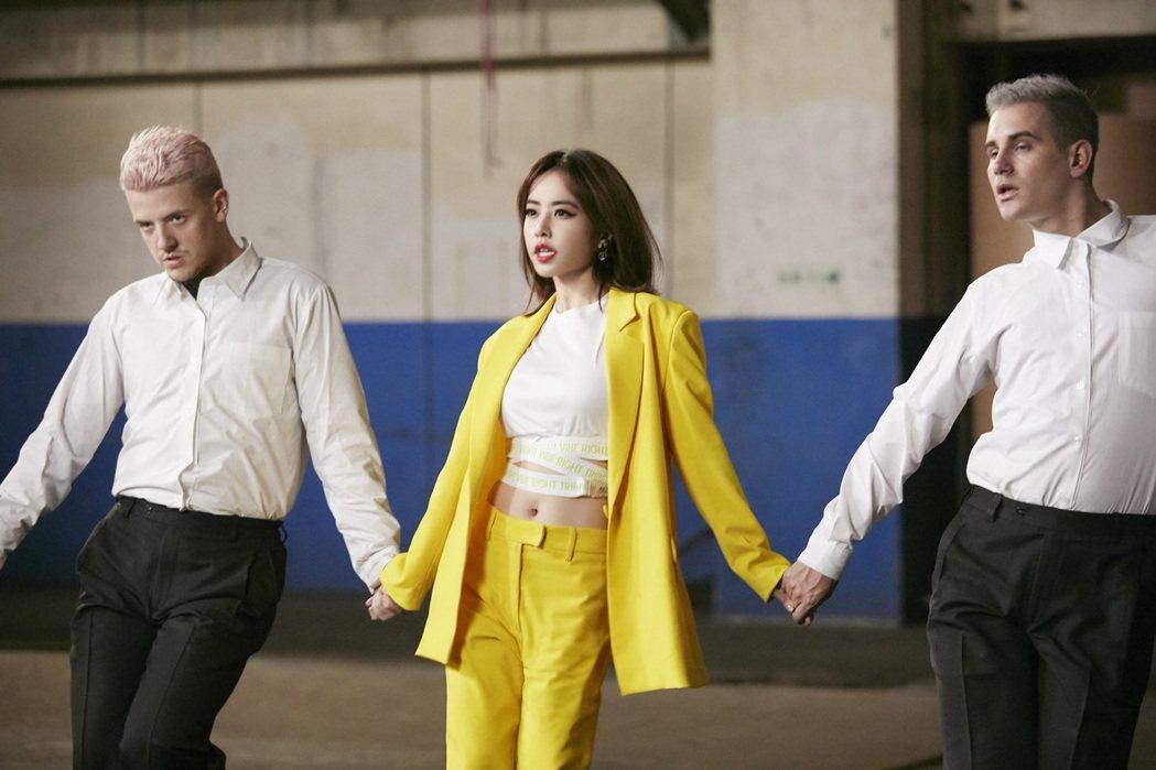蔡依林(中)在「玫瑰少年」MV中展現舞技。圖/索尼提供