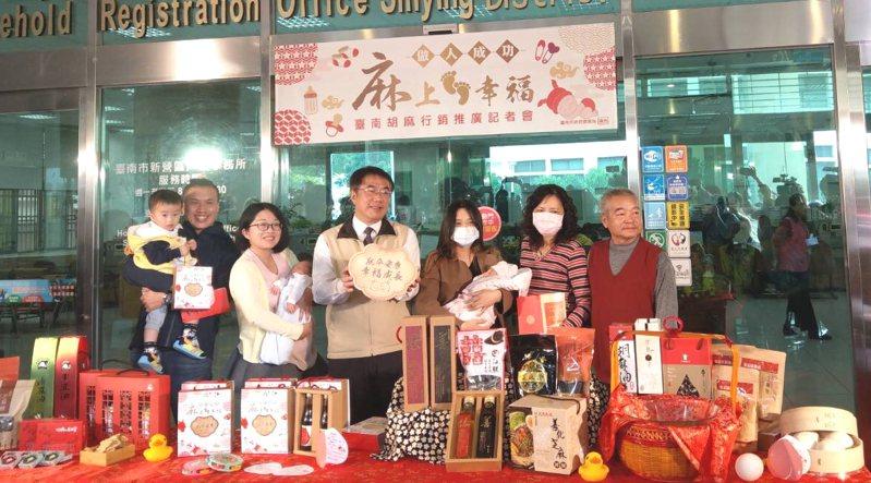 台南市政府針對今年底前新生兒家庭贈送胡麻禮盒,給坐月子產婦補品,同時也強化胡麻產品銷售管道,營造台南特有幸福感。圖/台南市政府農業局提供