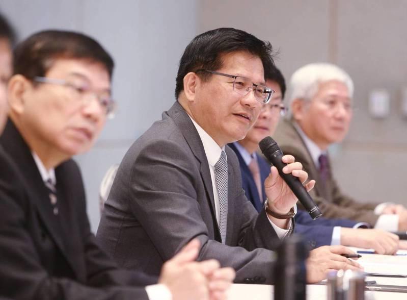 交通部長林佳龍、次長王國材等人今上午召開新春記者會。記者曾原信/攝影