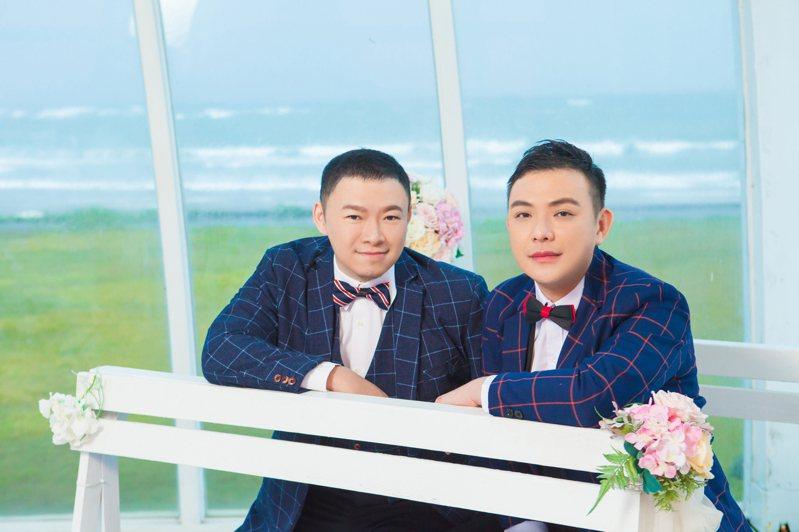 消防員林政勳(右)和警察陳明毅甜蜜婚紗照曝光,他們勇敢站出來,公開同志愛情這條路走7年。圖/林政勳提供