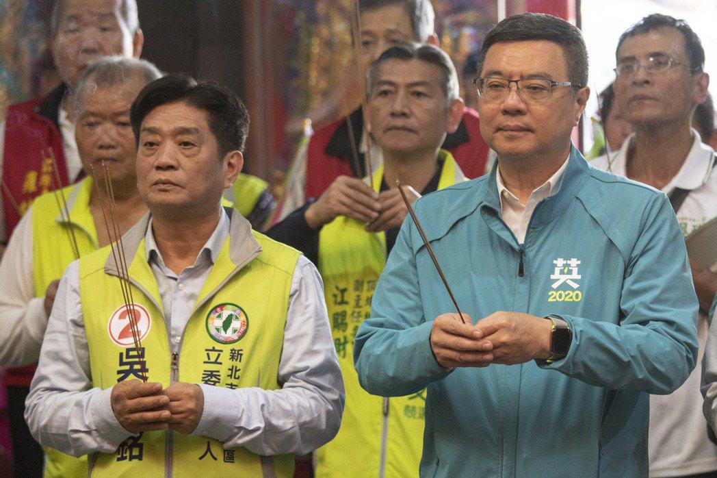 民進黨主席卓榮泰(右起)今下午陪同民進黨第10選區的立委候選人吳琪銘掃街拜票。記...