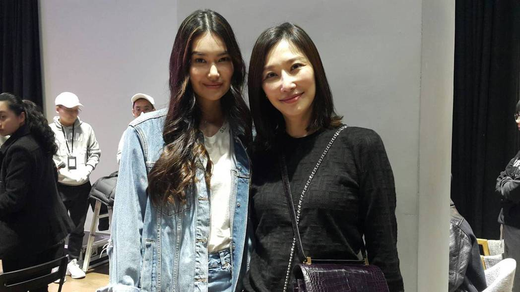 董若彤(左)參加女團徵選,媽媽錢德月在旁陪同。記者林怡秀/攝影