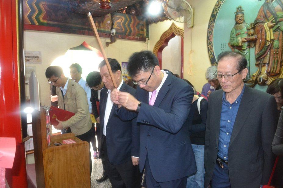 台南一中校長廖財固與老師、家長到台灣首廟天壇上香,祈求學生學測順利。記者鄭惠仁/攝影