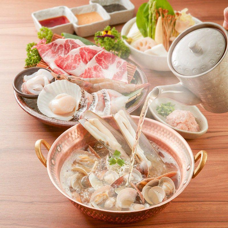 黑毛屋本家推出「海陸貝貝鮮味鍋」,可吃到25顆時令貝類,還有多款海鮮與肉品。圖/乾杯提供
