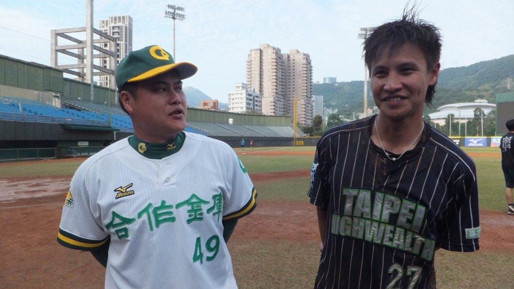 蔡明覺(右)決定離開球場,學長黃佳瑋特別上前致意。記者藍宗標/攝影
