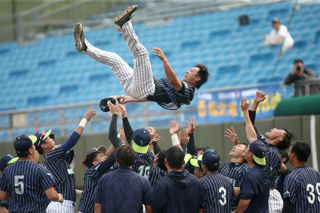 台北興富發隊32歲老將蔡明覺完成棒球生涯最後一戰,被隊友高高拋起。記者蘇健忠/攝