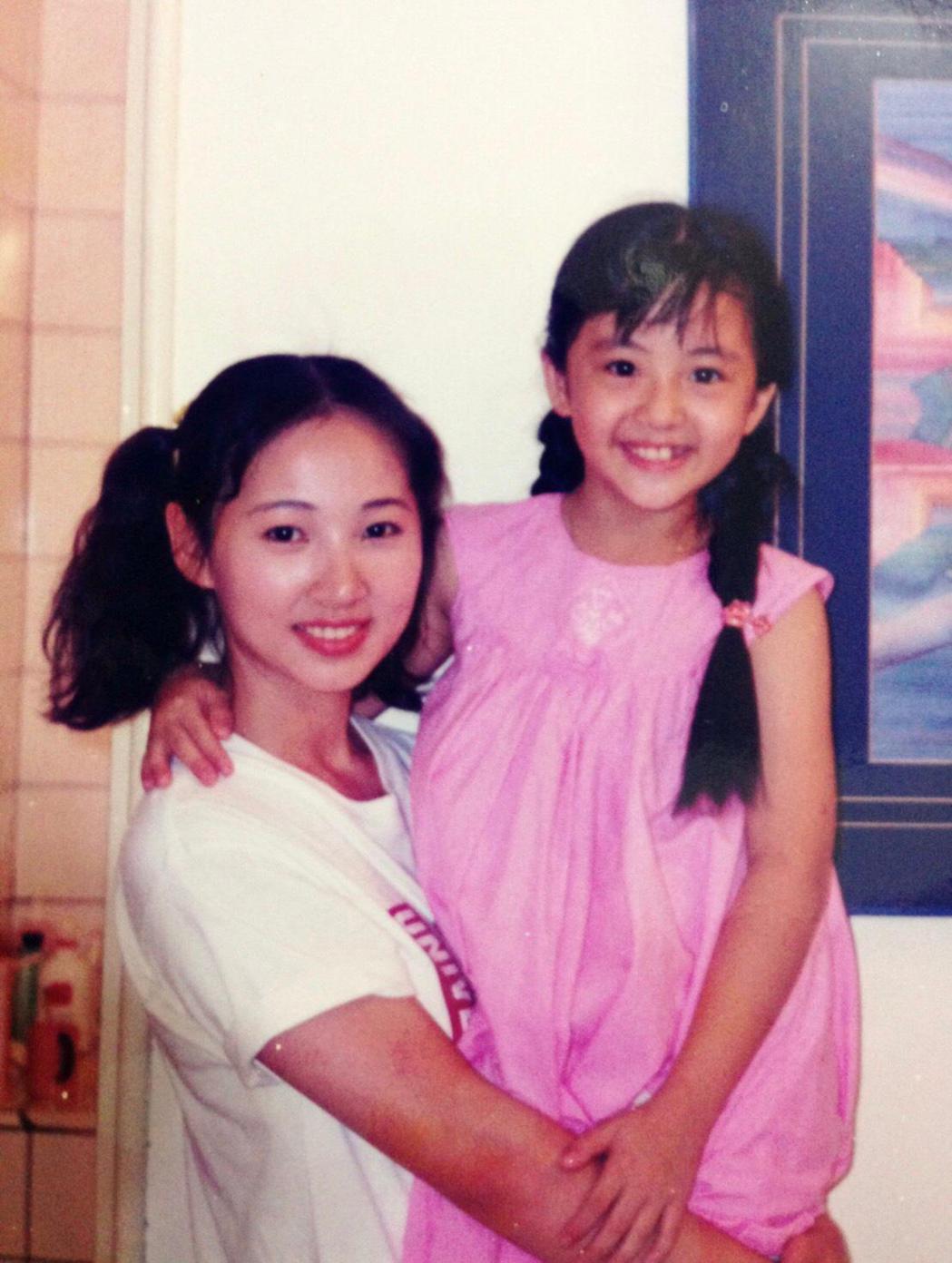 郁方(左)25歲時和當時只有10歲的楊佩潔合作拍戲。圖/經紀人提供