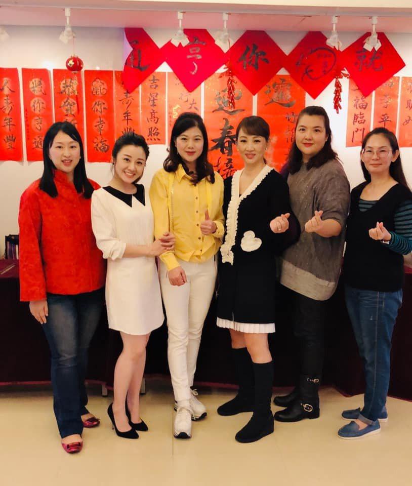 郁方(右三)和楊佩潔(左二)一起寫春聯做公益。圖/摘自臉書