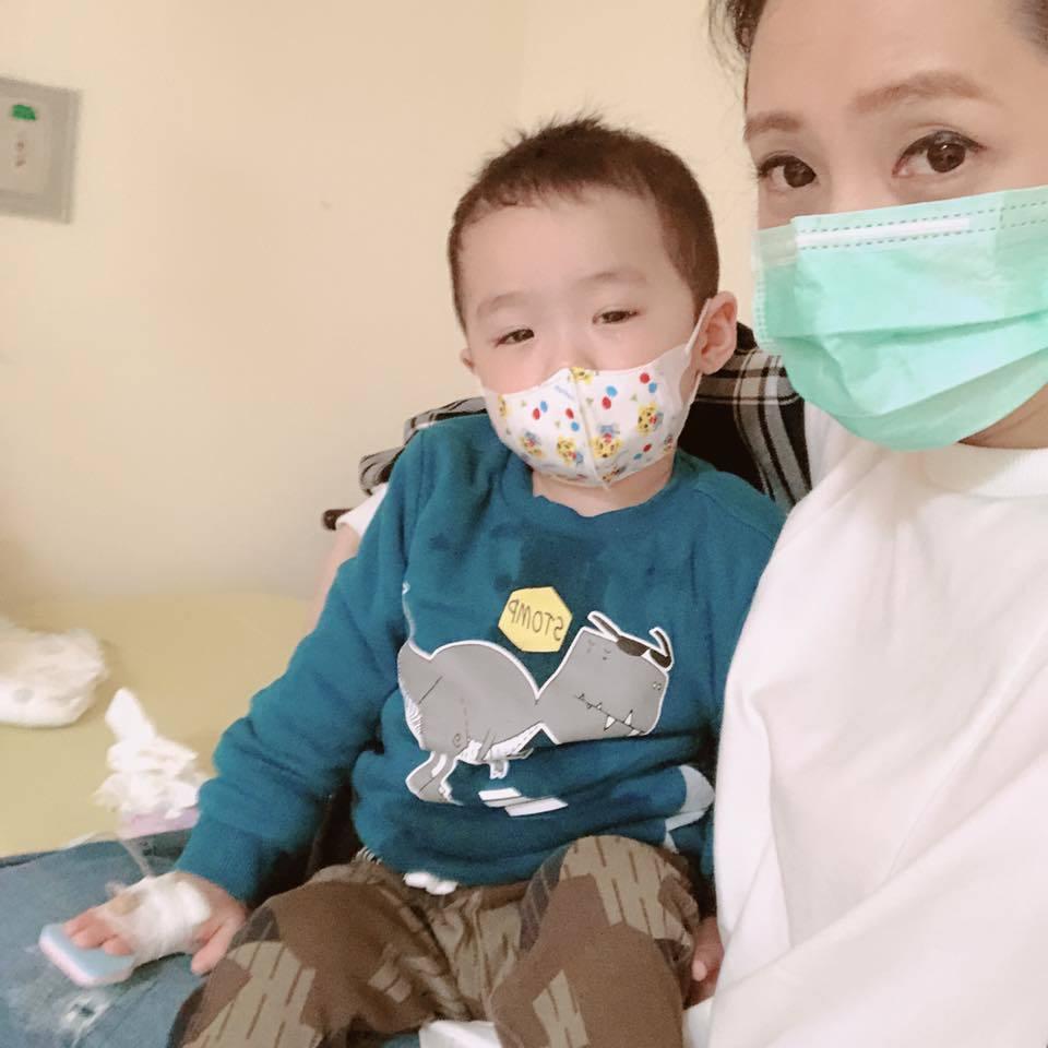 洪百榕和兒子乖寶。圖/摘自臉書