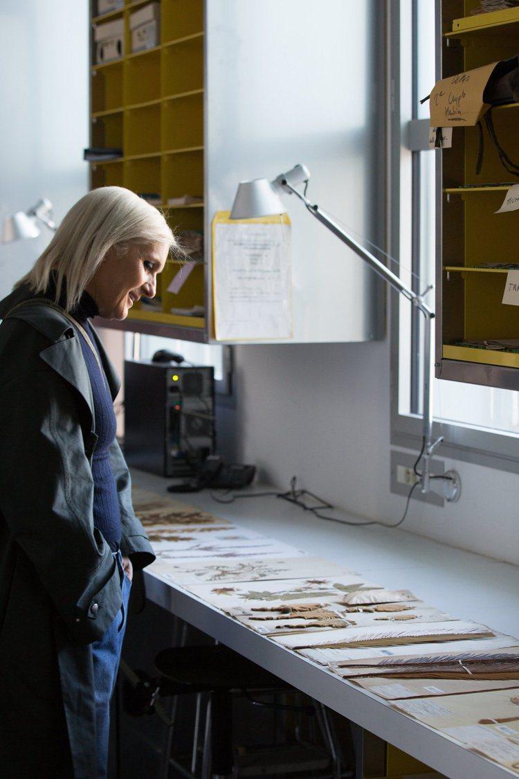 Maria Grazia Chiuri探訪國家自然歷史博物館尋找植物拓印的靈感。...