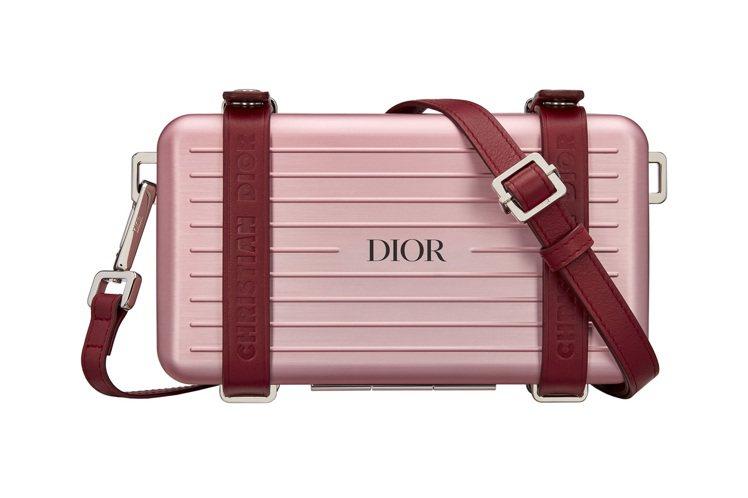 DIOR x RIMOWA聯名系列粉色手拿包,售價80,300元。圖/DIOR提...