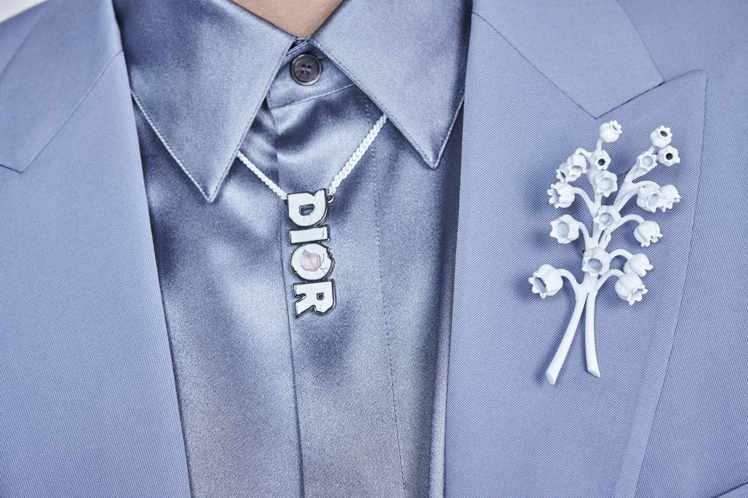 迪奧先生鍾愛的鈴蘭花卉成為DIOR MEN別針、鍊墜的圖樣設計。圖/DIOR提供
