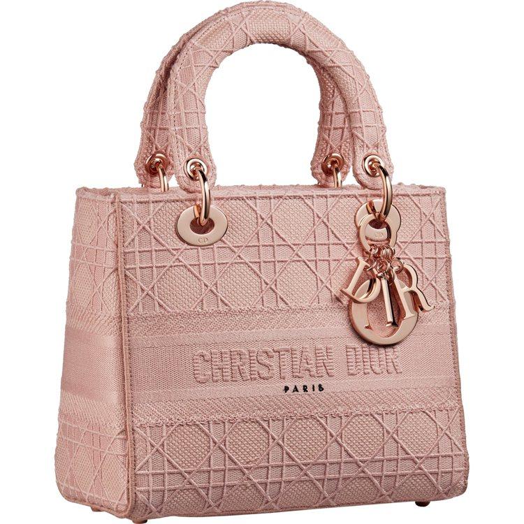 Lady Dior玫瑰粉籐格紋刺繡帆布中型提包,售價約14萬元。圖/DIOR提供