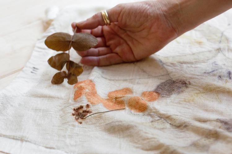 2020春夏女裝的植物拓印,製成的每片布料都獨一無二。圖/DIOR提供