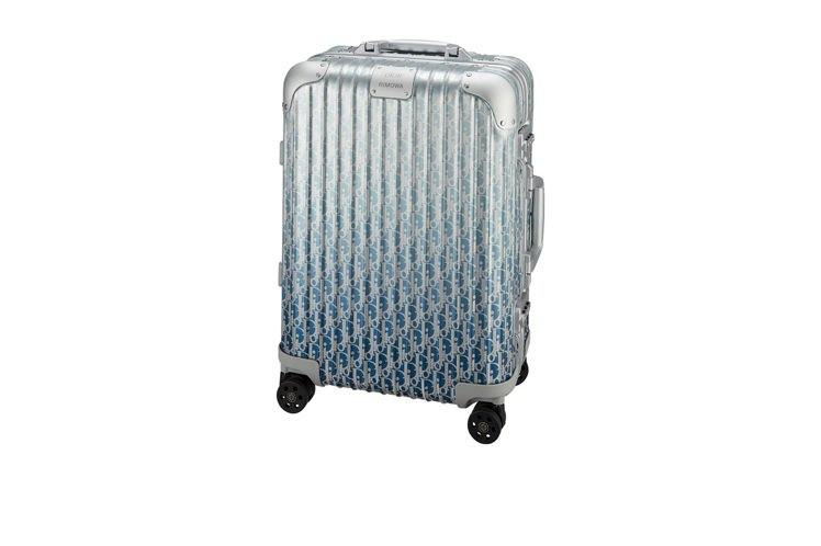 DIOR x RIMOWA聯名系列漸層藍登機箱,售價13萬5,200元。圖/DI...