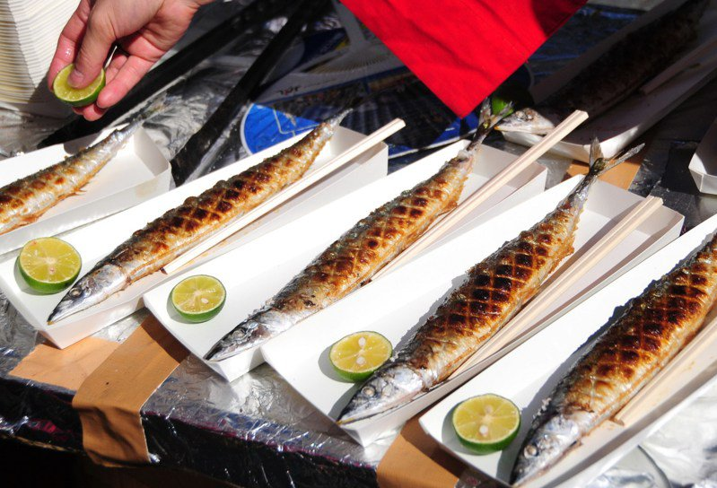 東京涉谷區2009年舉辦「鄰之秋刀魚祭」,2000條燒烤秋刀魚吸引大批市民來嘗鮮。(新華社)