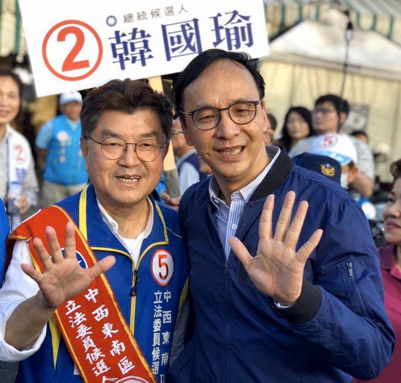 國民黨台中市第六選區候選人李中(左)今天傍晚由前新北市長朱立倫(右)陪同市場掃街,記者喻文玟/攝影