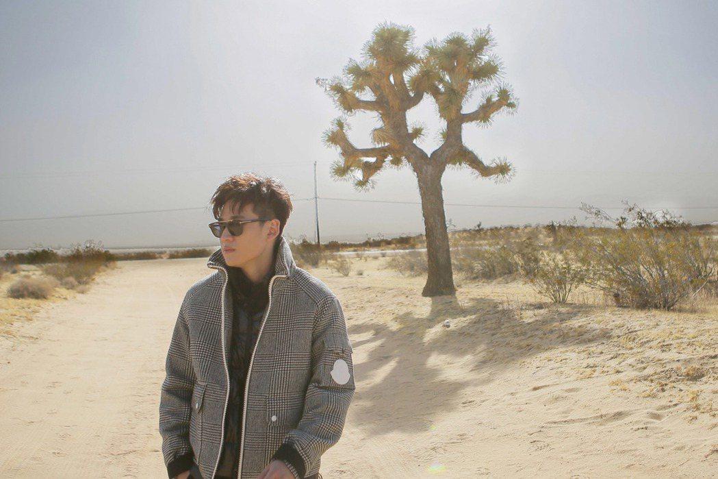 周興哲為新歌「小時候的我們」赴L.A.荒漠拍MV,遇沙塵暴襲擊。圖/星空飛騰提供