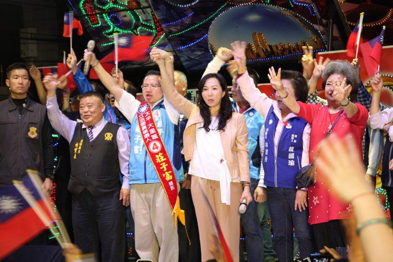 國民黨總統候選人妻子李佳芬晚上到台中市輔選時,要大家「寧可相信韓國瑜一次,也不要被蔡英文騙兩次」。記者黃寅/攝影
