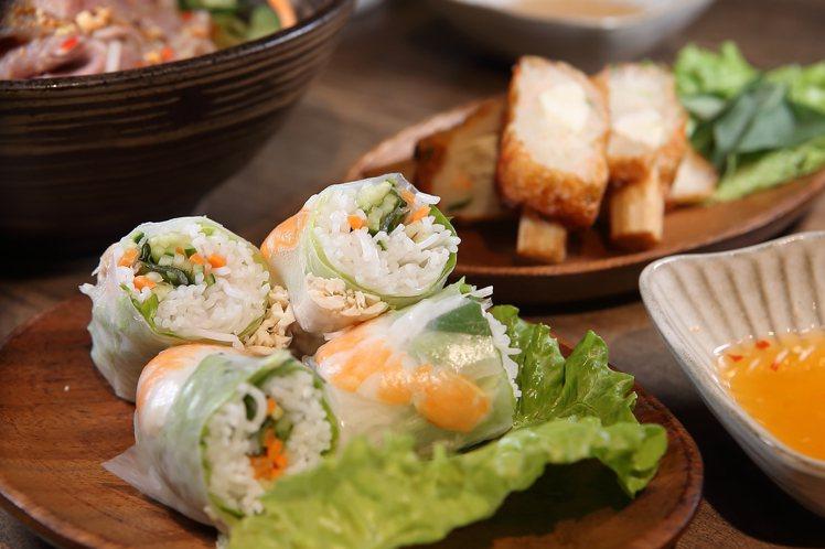 越亮供應有鮮蝦生春卷、招牌甘蔗蝦等越南小菜。記者陳睿中/攝影