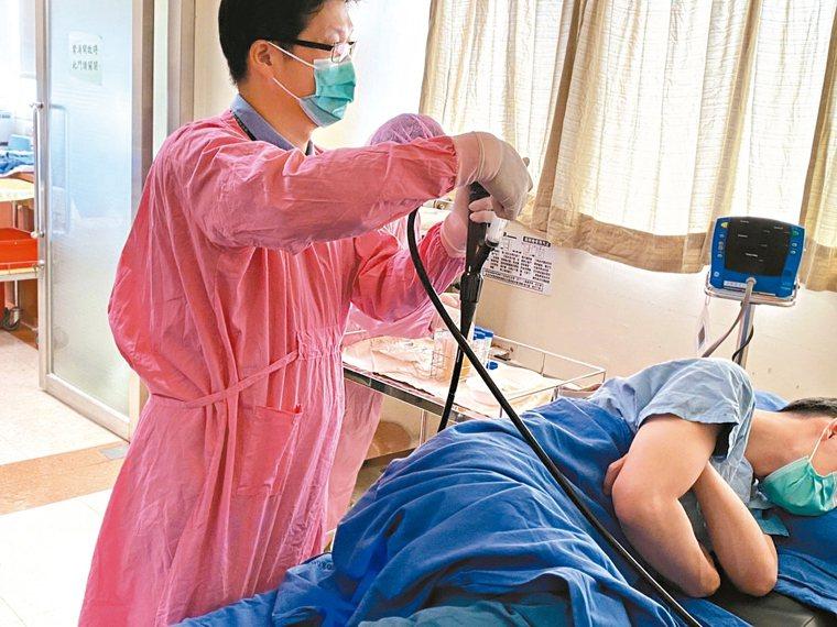 糞便移植愈來愈普及,高雄長庚醫院醫護團隊示範如何將糞便水灌入患者體內。 記者徐白...
