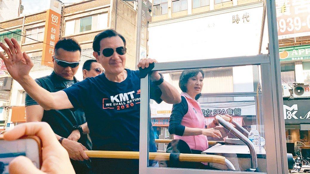 前總統馬英九(中)全台輔選,陪立委候選人柯志恩(右)車隊掃街。 記者張曼蘋/攝影