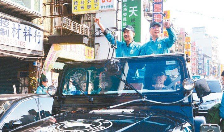 民進黨主席卓榮泰(右)到新北三重,陪立委候選人余天(左)車隊掃街。 記者施鴻基/...