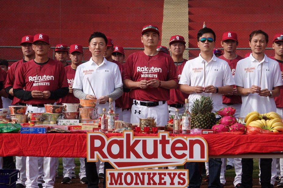 樂天桃猿昨在嘉義縣棒球場展開春訓。 記者蘇志畬/攝影