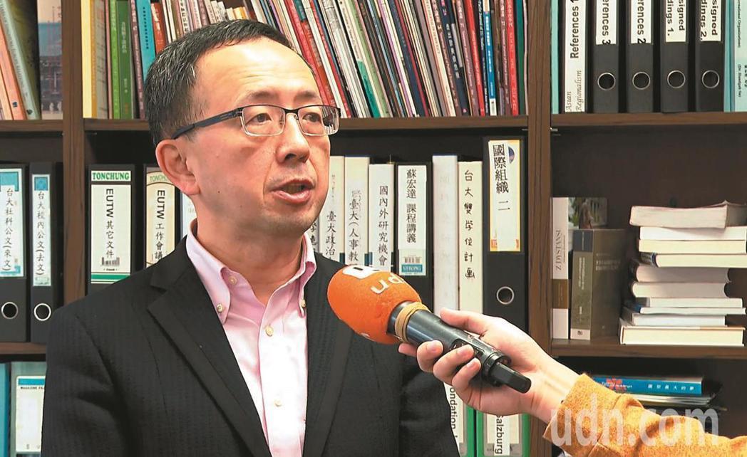 台大政治系教授蘇宏達在臉書批評故宮政策,遭調查局以違反「社會秩序維護法」函送警局...