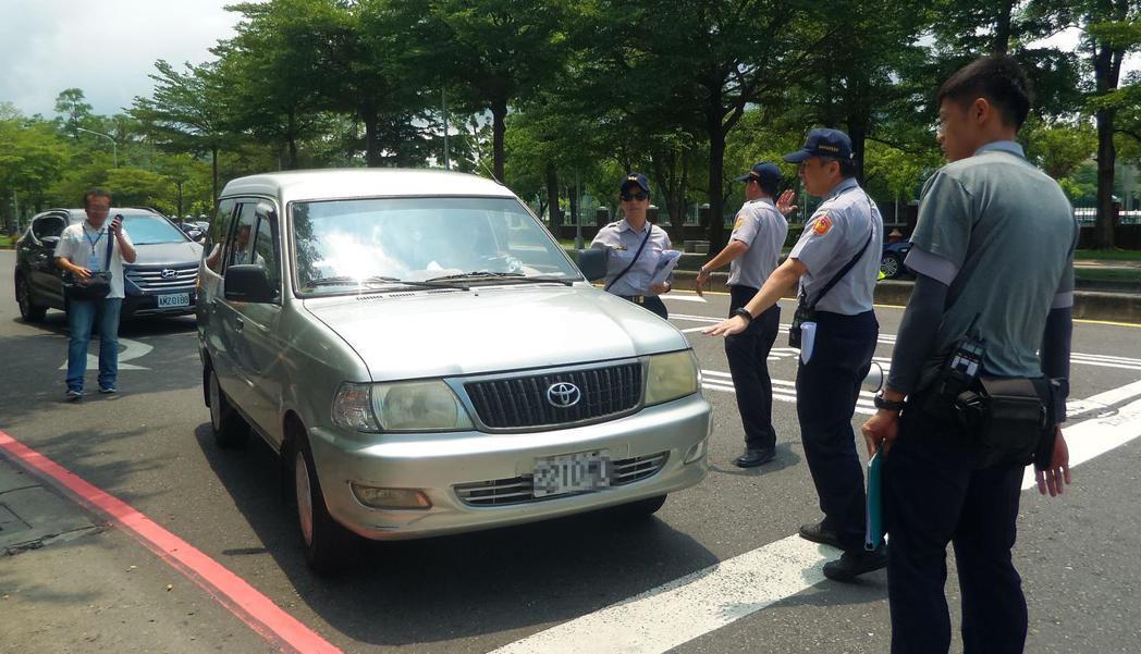 法院認為,警方不能對任意車輛恣意、概括或隨機式臨檢。 圖/聯合報系資料照片