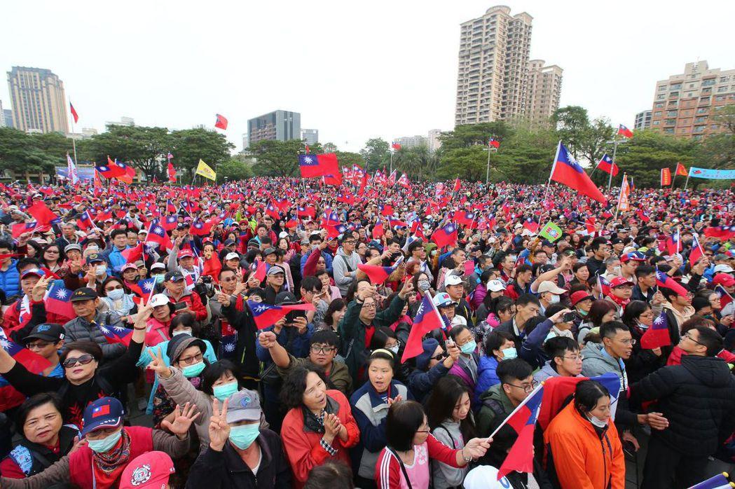 2020年高雄元旦升旗典禮,現場擠滿拿國旗的民眾。 圖/聯合報系資料照片