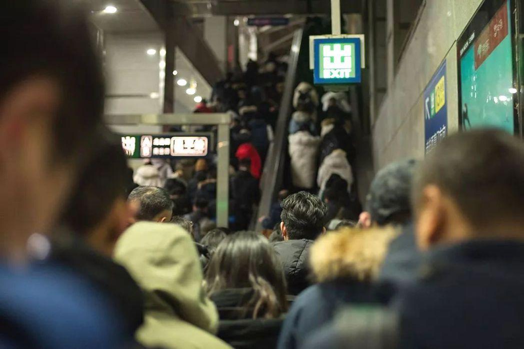 北京是外來城市,年輕人居住在五環外,每到通勤的早晚高峰,地鐵滿是人潮。圖/取自澎...
