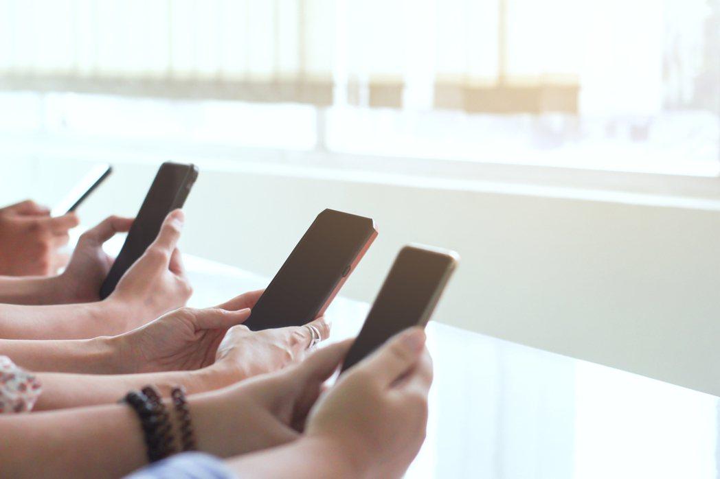 不要一直滑臉書,只閱讀最基本的最新訊息即可,使用3c產品也應適度休息,多陪陪家人...