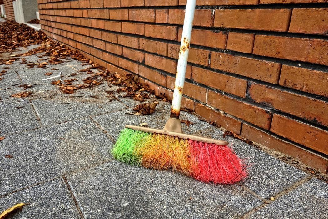拜託老師!請不要讓我的孩子掃地、倒垃圾、掃廁所?