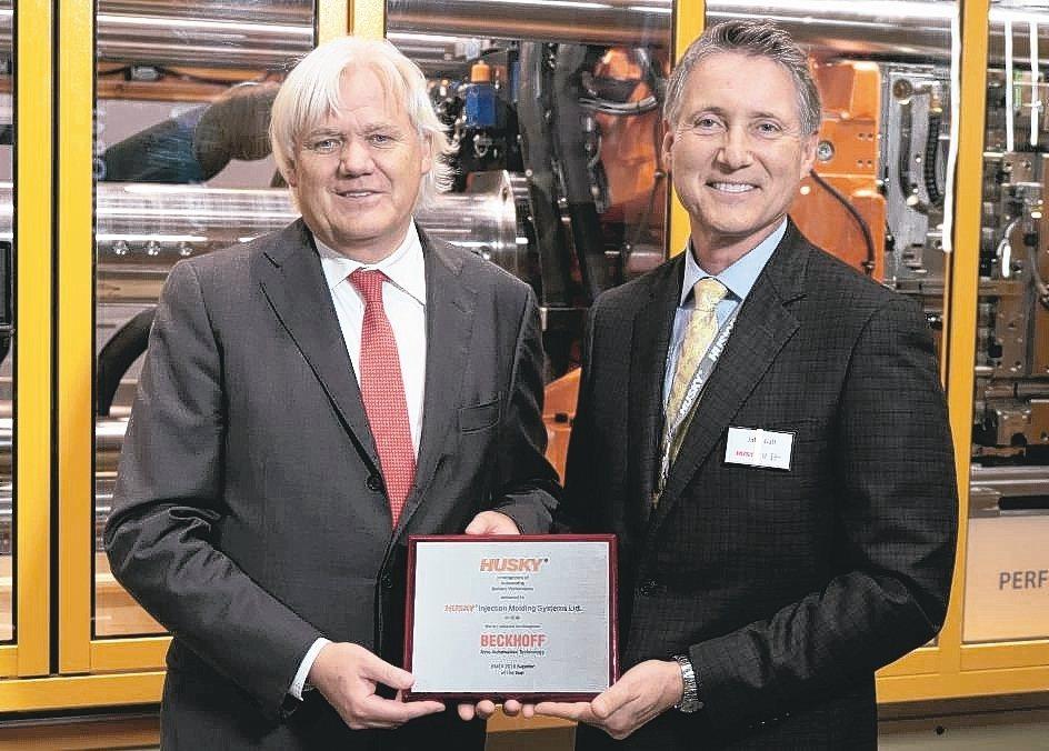 Husky公司總裁John Galt(右)將「年度EMEA供應商獎」授予Beck...