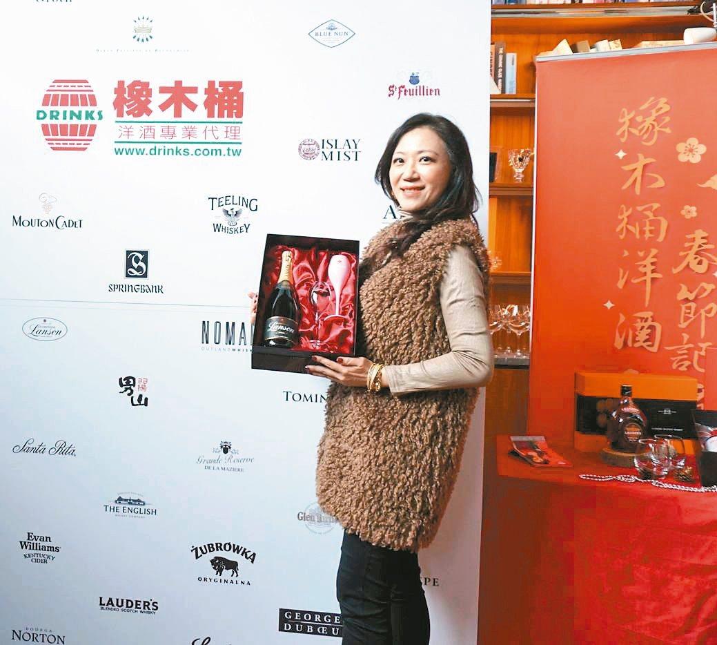 橡木桶洋酒總經理袁德珮發表今年春節禮盒,看好市場買氣。 業者/提供