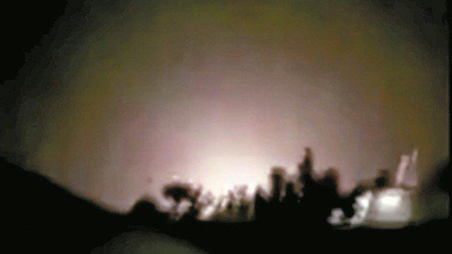 伊朗今天以飛彈攻擊伊拉克境內兩個美軍使用的基地,白宮立刻緊急召開國安會議並加強警...