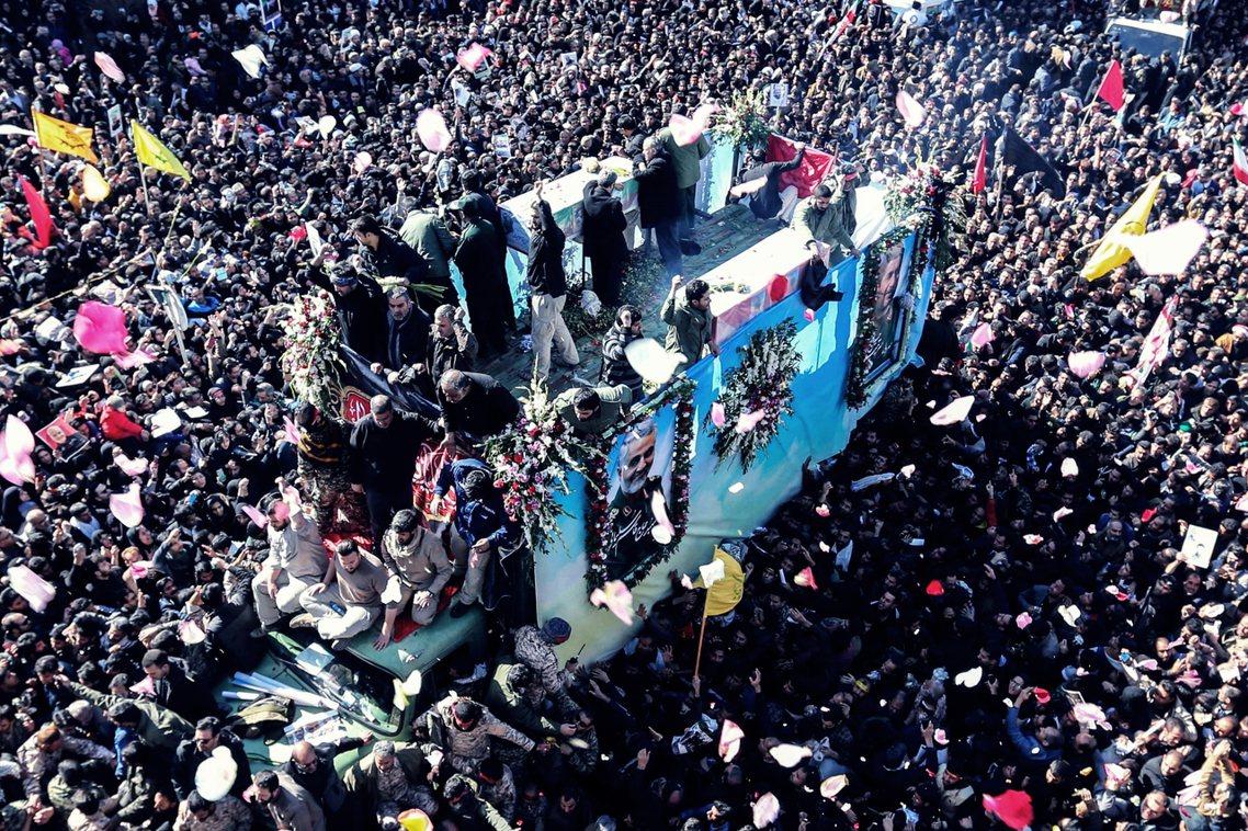過去3天來,蘇萊曼尼的靈柩已返回伊朗巡迴國喪,所到之處除了數百萬人上街送行,7日...