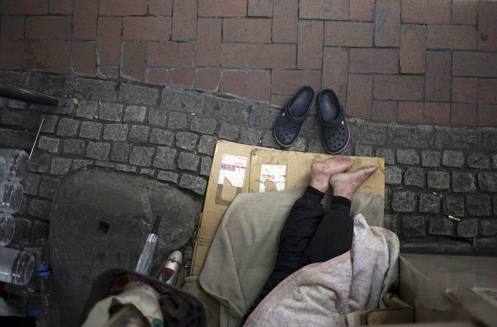 日本街友即使沒有住民票、沒有住所,「就算睡在路燈下」也可以申請社會救助。 圖/美聯社