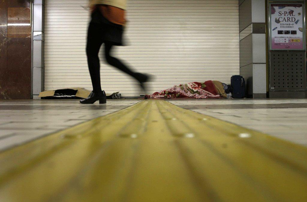 日本《生活保護法》形同臺灣《社會救助法》,但審核時並未強制計算最低薪資做為認定標準。 圖/路透社