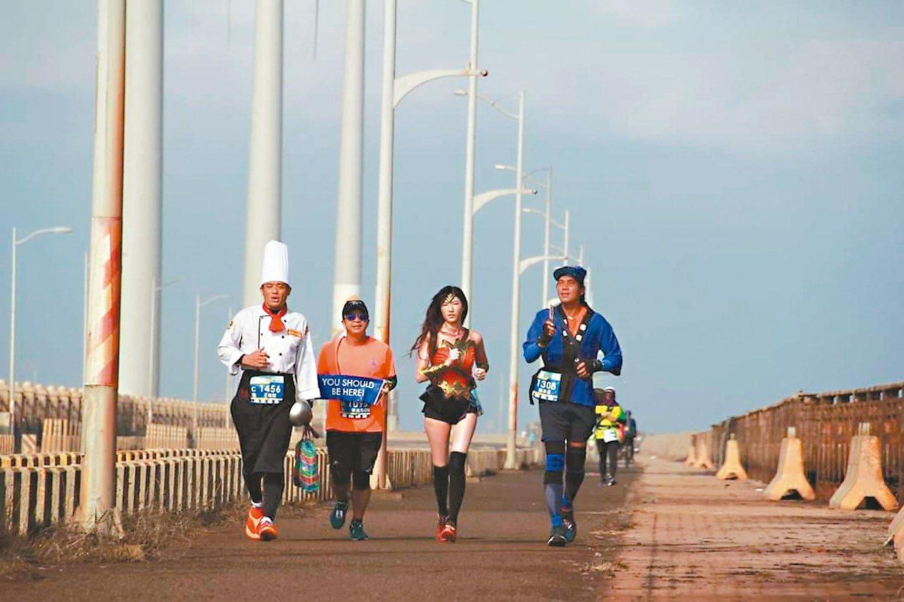 不少馬拉松參與者變裝參賽,清水馬拉松就有美麗的神力女超人等現身,讓活動增加趣味性...
