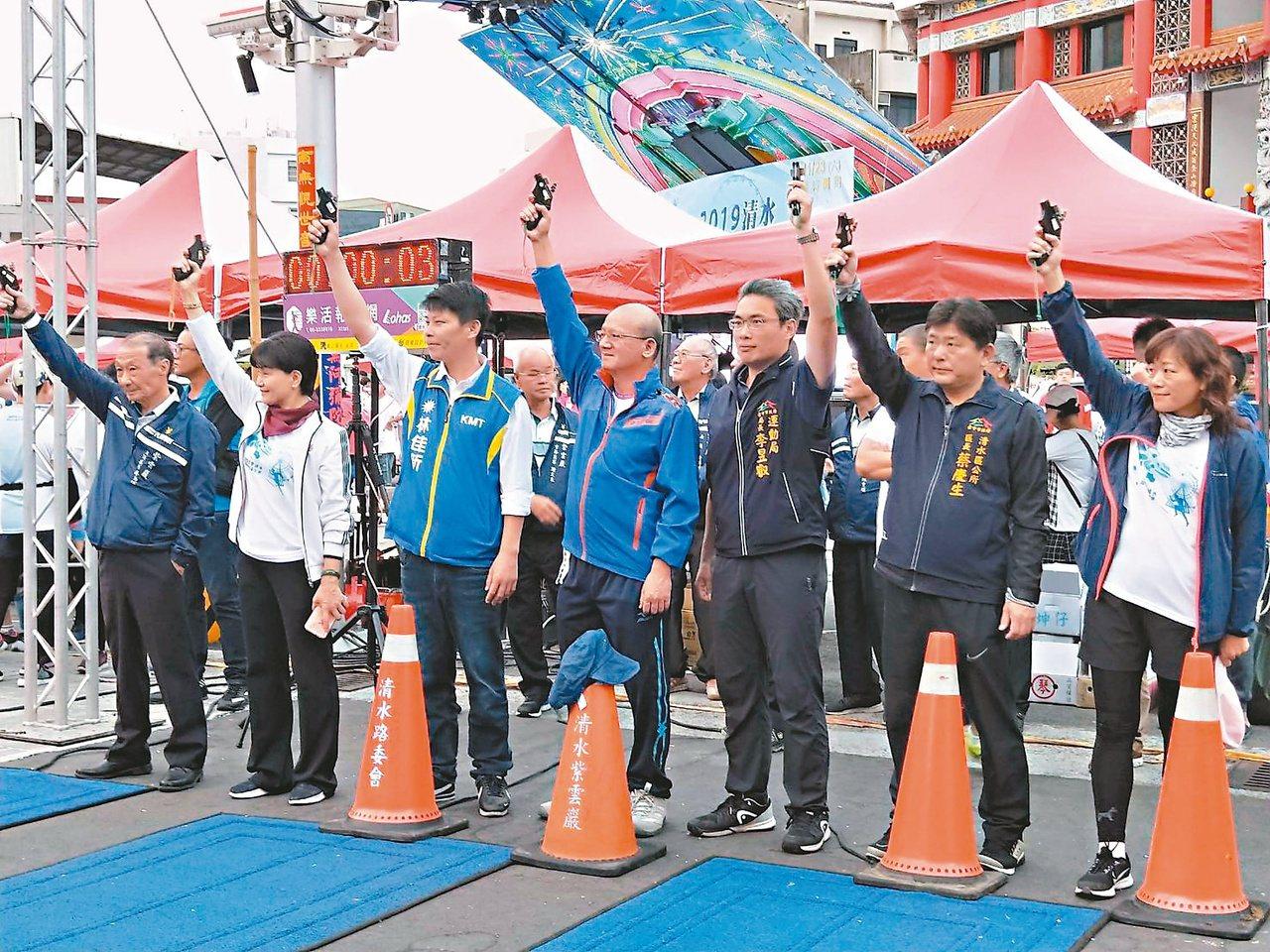 清水馬拉松嘉年華會由台中市議長張清照(右四)主辦,已連辦4年,參加跑者愈來愈多。