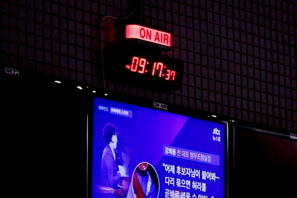 孫石熙親自督導的JTBC《新聞室》,成功引發其他競爭對手跟進報導,一時之間形成了...