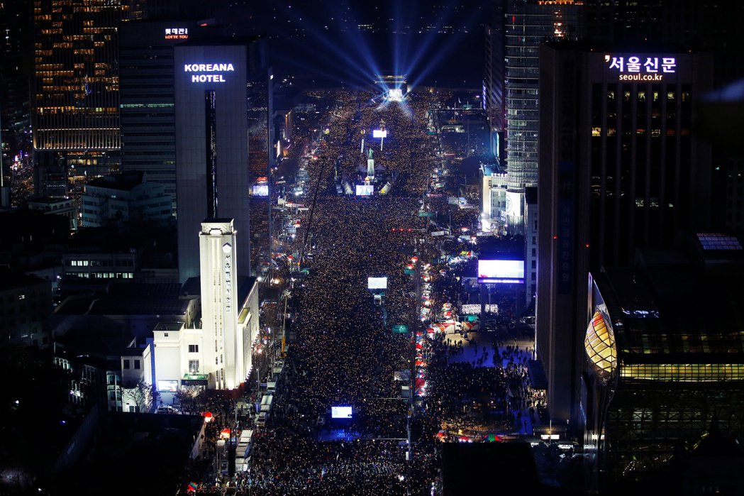 親信干政案後,南韓的「倒朴」大集會。 圖/路透社